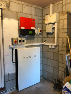 Tesla Battery installed in Linda Johnson's house in Beverly (greenlibdems.org.uk)